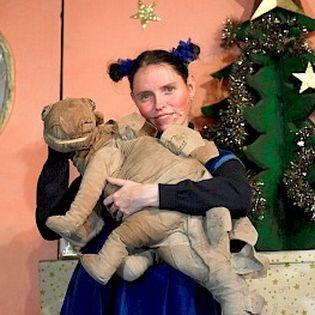 Frau Schaum und ein Dinosaurier unterm Weihnachtsbaum